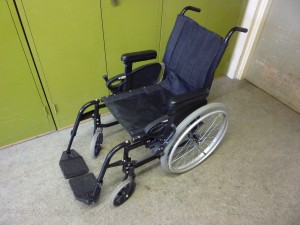 A simpler wheelchair design with standard seat and manual self-propulsion using large wheels with grips
